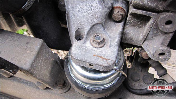 Прикручиваем крепление двигателя