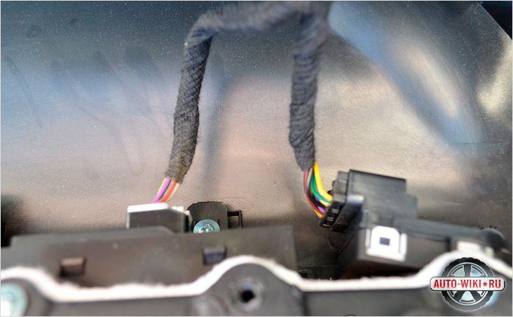 Отключаем провода от стеклоподъемника