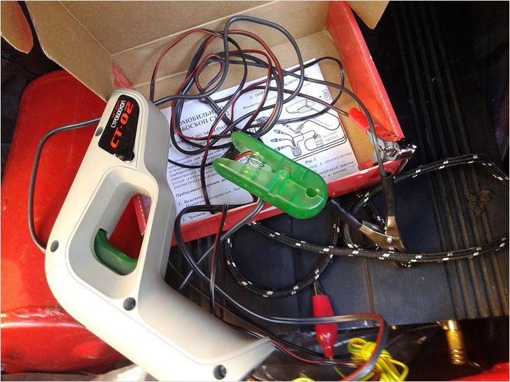 Это стробоскоп, применяемый для установки угла опережения зажигания