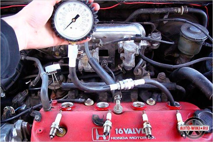 Процесс измерения компрессии двигателя